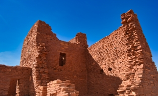 Wukoki castle in stark contrast